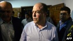 خوليو بورگس، از نمايندگان مخالف که هدف حمله نمایندگان هوادار دولت ونزوئلا قرار گرفته است.