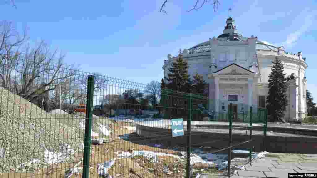 У здания Панорамы и на Историческом бульваре идут работы по благоустройству территории