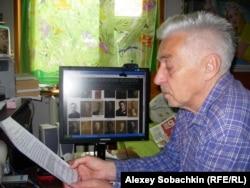 Владимир Овчинников у своего сайта, посвященного репрессированным