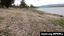 Белогорское водохранилище, уровень воды летом 2016 года был ниже обычного на несколько метров