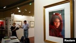 Знаменитый портрет Шарбат Гулы на ярмарке искусства в Сиднее, Австралия, 2005 год