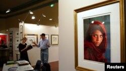 Шарбат Гулдың 1984 жылы фотограф Стивен МакКарри түсіріп, National Geographic журналына жариялаған портреті.
