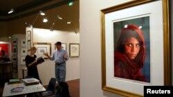 Детская фотография Шарбат Гулы, снятая американским фотографом Стивом МакКарри, в выставочном зале. Анкара, 16 сентября 2015 года.