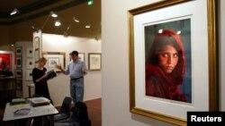 Портрет Шарбат Гулы, выполненный Стивеном МакКарри и использованный для обложки National Geographic в 1984 году.