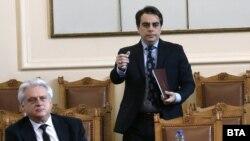 Финансовият министър Асен Василев в Народното събрание. На преден план е вътрешният министър Бойко Рашков
