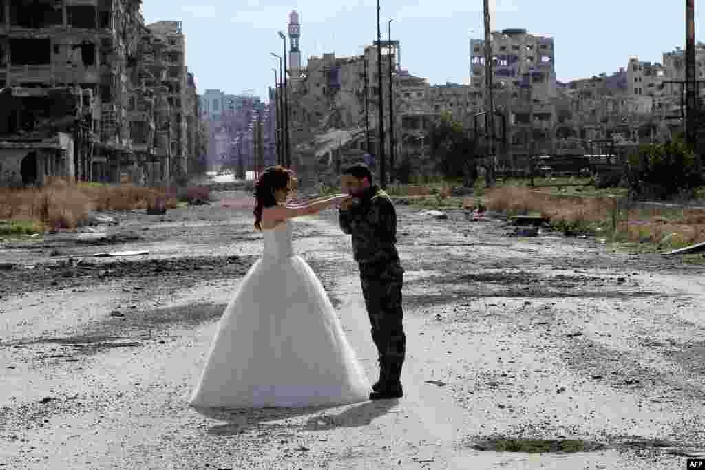 Для фотографа Мэрэя это –не первая свадебная фотосессия среди руин истерзанного войной города.