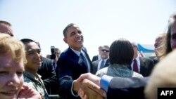 Президент США Барак Обама приветствует людей в Денвере, 8 августа 2012 г.
