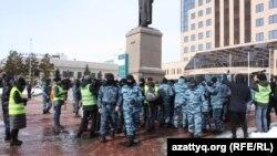 Полицейские Нур-Султана задерживают протестующих. 1 марта 2020 года.