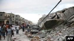 Руины на месте домов - таковы последствия землетрясения в Гаити.