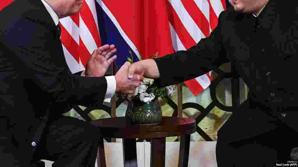 ВИЕТНАМ - Американскиот претседател Доналд Трамп и лидерот на Северна Кореја Ким Џонг Ун го почнаа нивниот втор самит со ракување и топли зборови. Пред нивната вечера во главниот град на Виетнам, Ханој, Трамп рече дека најголем напредок од нивниот прв состанок лани беше неговата лична врска со Ким.