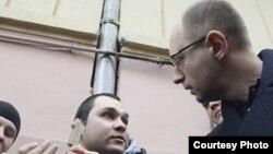 Арсеній Яценюк під час інциденту в Чернівцях
