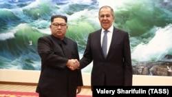 Оригинальный снимок со встречи Ким Чен Ына (л) и Сергея Лаврова