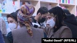 Женщины в маске в одной из аптек Таджикистана.