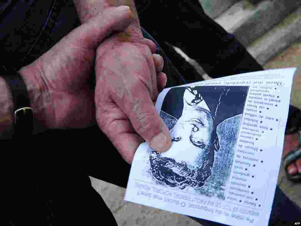 Portret bivšeg rumunskog diktatora, Nicolae Ceausescua, na groblju Ghencea u Bucharestu, 21.07.2010. Foto: Daniel Mihailescu / AFP