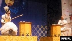 Айтыскер ақындар: Сара Тоқтамысова (сол жақта) және Айбек Қалиев. Алматы, 21 наурыз 2010 жыл.
