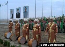 Артисты на церемонии начала строительных работ по проекту ТАПИ на афганском участке газопровода, который свяжет Туркменистан через Афганистан с Пакистаном и Индией, недалеко от города Серхетабат, Туркменистан, 23 февраля 2018 года.