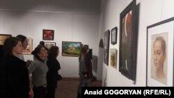 На сегодняшней выставке в Центральном выставочном зале были представлены работы самых разных видов искусства и направлений