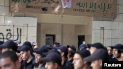 قوات أمن مصرية تحرس مدخل السفارة الأميركية في القاهرة