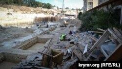 Строительные работы на территории бывшего 54-го механического завода, где уничтожены ценные археологические артефакты. Июль 2019 года