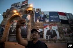 """Селфи на фоне предвыборных плакатов с изображением """"главного кандидата"""". Дамаск, вечер 25 мая 2021 года"""