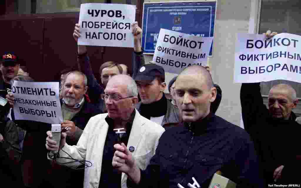 """Пикетчики развернули плакаты: """"Требуем отмены незаконных выборов!"""", """"Ваши выборы – фарс!"""", """"Выборы без оппозиции – преступление!"""""""