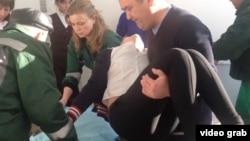 Медики переносят отравившуюся девочку в Березовке. Западно-Казахстанская область, 21 января 2015 года.