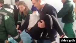 Медицинские работники госпитализируют девочку в селе Березовка. Западно-Казахстанская область, 21 января 2015 года.