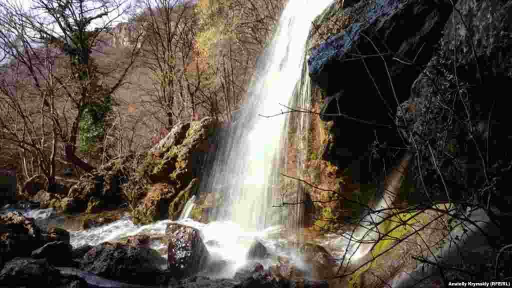 Кизилкобинка более известна, прежде всего водопадом Су-Учхан. Его высота–более 25 метров