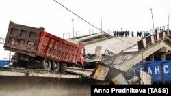 Амурская область. На месте частичного обрушения автомобильного моста на железнодорожные пути Транссибирской магистрали в городе Свободный. 9 октября 2018