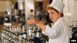 Pamje nga prodhimi i vodkës në Rusi
