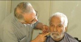 ناصر ملکمطیعی در حال تست گریم توسط عبدالله اسکندری برای فیلم «نقش نگار»