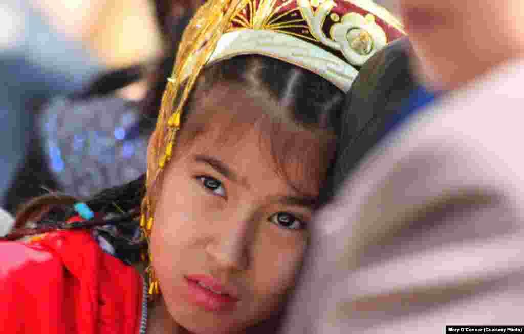 """""""Наурыз - напряженный праздник для 12-летней девочки"""". Узбекистан. Фото из книги ирландской художницы Мэри О'Коннор """"Вверх тормашками"""". Центральная Азия глазами иностранцев""""."""