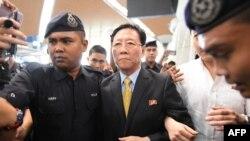 Ambasadorul nord-korean Kang Chol, expulzat, escortat de poliție pe aeroportul Kuala Lumpur
