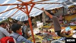عرضه گسترده کالاهای چینی در یکی از بازارهای همدان.