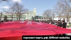 Чиновники и активисты развернули «знамя победы» в Керчи, 18 марта 2020 года