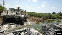 Один из разрушенных израильской авиацией мостов на шоссе, ведущем к ливано-израильской границе