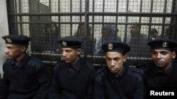 Египетте заңсыз шетел қаржысын пайдаланды деп айыпталып, қамалған египеттіктер. Каир, 26 ақпан 2012 жыл.