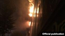 Пожар в кафе «Драфт» в здании делового центра в старой части Астаны. 18 сентября 2017 года. Фотография предоставлена пресс-службой комитета по ЧС МВД Казахстана.