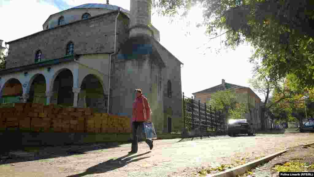 Біля мечеті будується новий паркан
