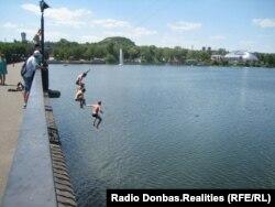 Донецк. Парк Щербакова, люди прыгают с моста