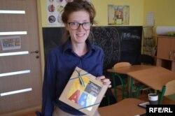 Олександра з подарунком від учнів