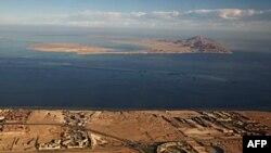 نمایی هوایی از دو جزیره تیران (جلو) و صنافیر (عقب) در دریای سرخ.