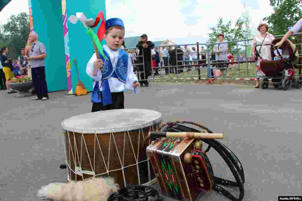 Татар баласы Сабантуйга әзерләнә