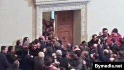 هوادارن آزادی سنگر مجلس گرجستان را در قلب تفليس، پايتخت، فتح کردند.