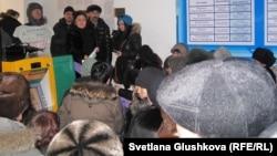 Оппозициялық саясаткер Зәуреш Батталова әкімдікке жиналғандар алында сөйлеп тұр. Астана, 25 ақпан, 2012 жыл.