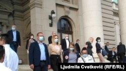 Poslanici Skupštine Srbije napuštaju zgradu parlamenta