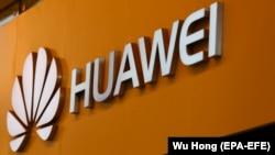 Илустрација- логото на Хуавеи пред продавница во Кина