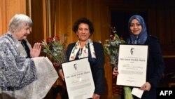 Абу аль-Хаирдың жұбайы Самар Бадауи (оң жақ шетте) Швеция парламентінде еріне берілген Улоф Пальме сыйлығын алып тұр. Стокгольм, 25 қаңтар 2013 жыл. (Көрнекі сурет)