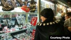 Орусия. Москвадагы асем буюмдар сатылган дүкөндөрдүн бири. 18-январь, 2006-жыл.