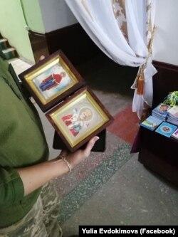 Ікона Покрови Богородиці та ікона Святого Миколая, передані капеланами на передову. Літо 2019 року